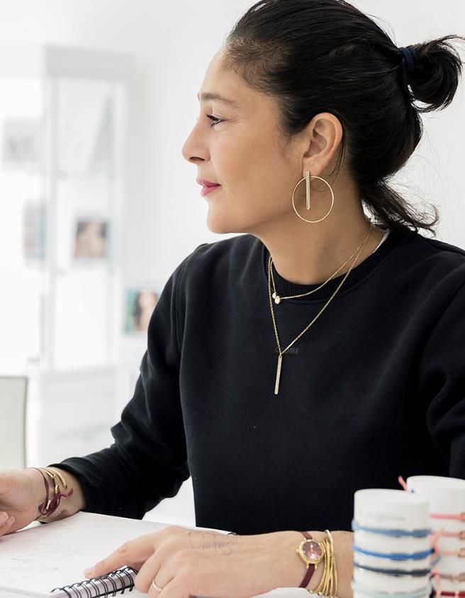 creatrice Audrey bot, marque française LI ou les Interchangeables - Sweats personnalisables et bijoux fantaisie de luxe